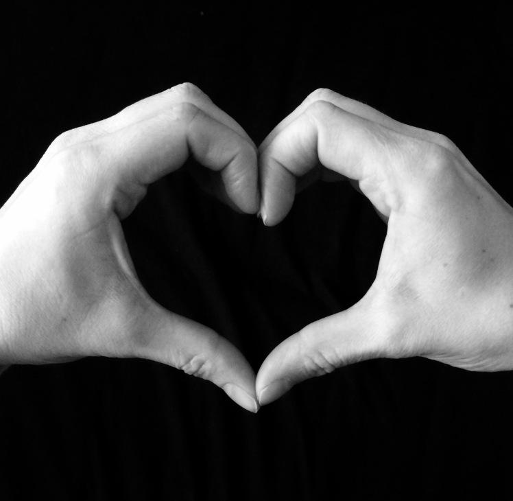 Herz aus Händen geformt / heart made with hands