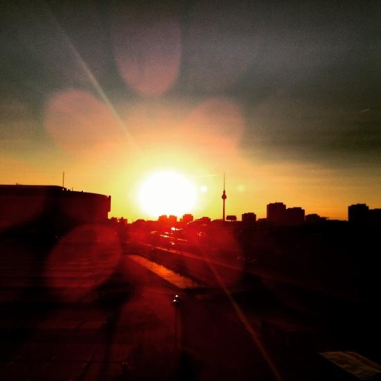 Berliner Skyline mit Fernsehturm und Sonnenuntergang / Wohin das Leben mich trägt... / (c) Kathrin Eß, 2016
