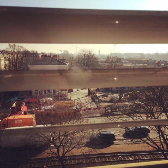 Blick aus dem Fenster /Jalousie / Berlin-Ostkreuz / (c) Kathrin Eß / kathriness.com